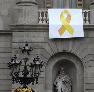 le ruban jaune sur la mairie de barcelone